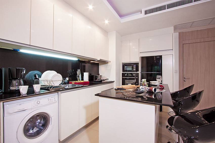 Kitchen with washing machine of Fantasia Apartment