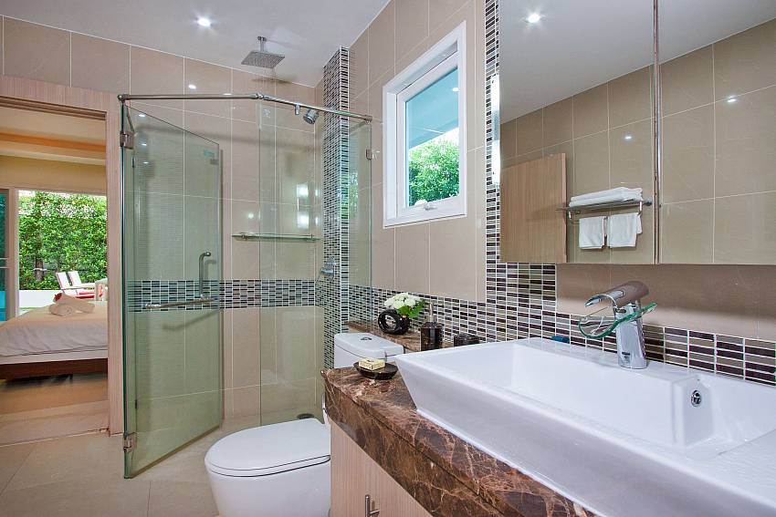 Basin wash with bath mirror of Fantasia Apartment