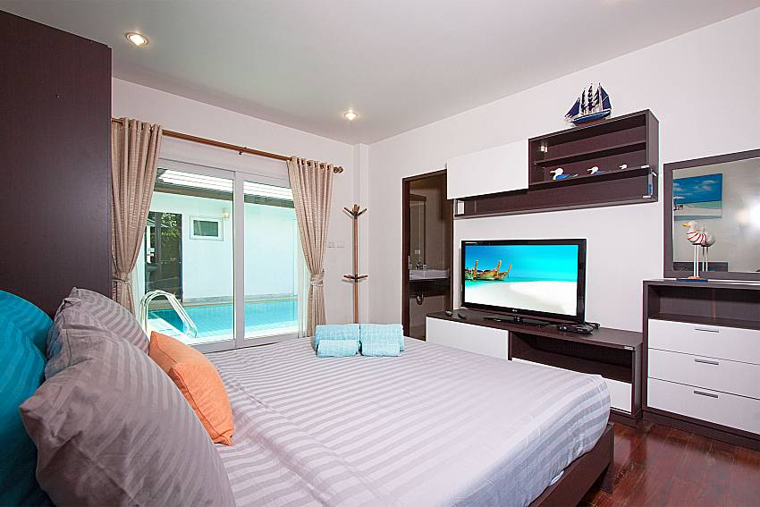 Bedroom with shelves and TV of Villa Kalasea (First)