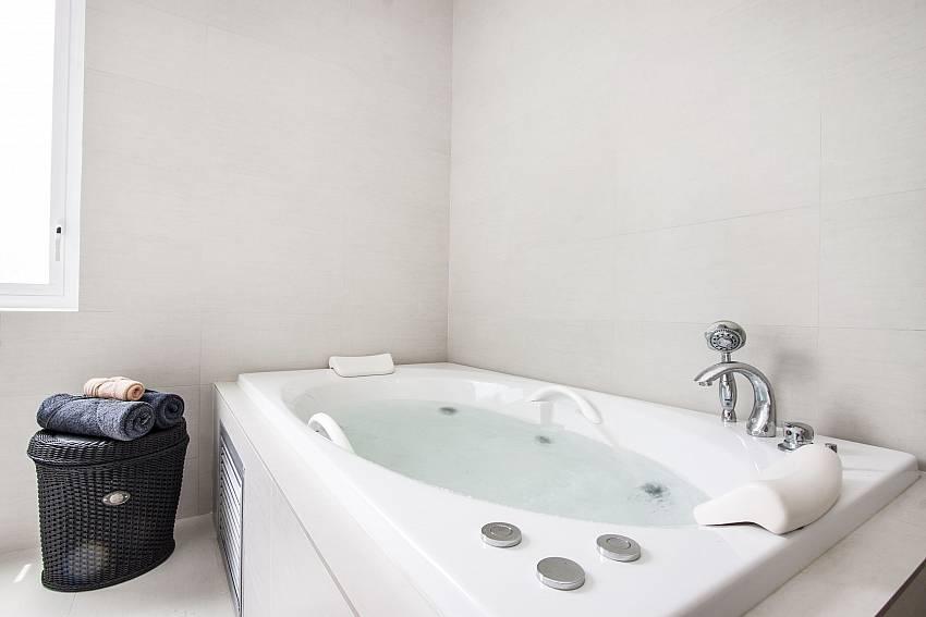 Jacuzzi tub of Bophut View Penthouse