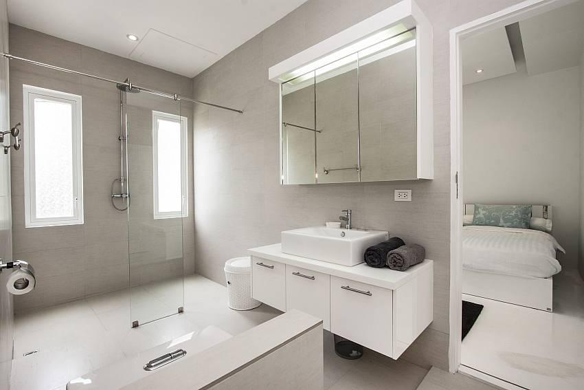 Jacuzzi tub with basin wash of Bophut View Penthouse