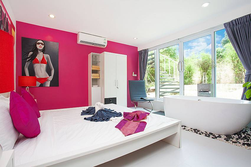 King size bed and bath tub in 2. bedroom of Chaweng Design Villa No.7 Koh Samui