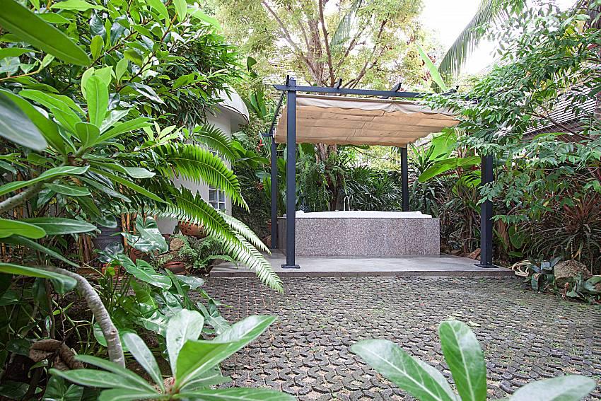 Jacuzzi in garden Namuang Villa