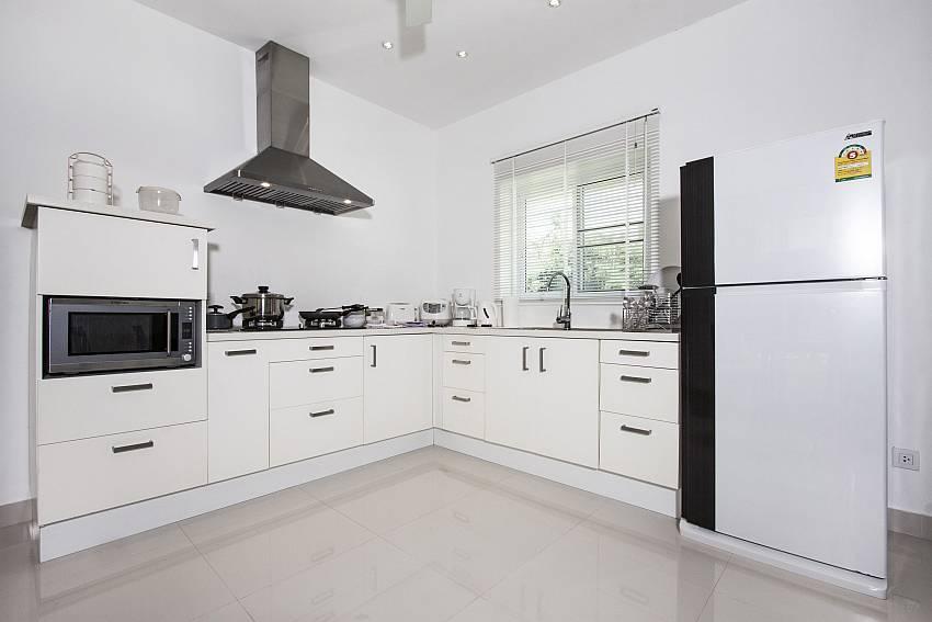 Kitchen room with refrigerator of Baan Maenam No.3