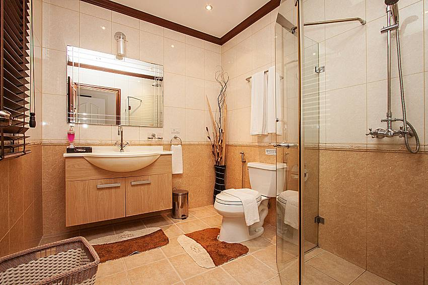 Shower with toilet of Baan Sanun 3