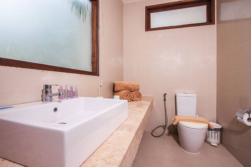 Jacuzzi tub with toilet of Baan Phu Kaew C1
