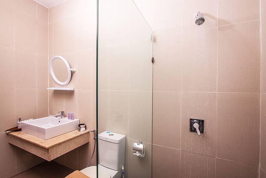 Shower with toilet of Baan Phu Kaew C1