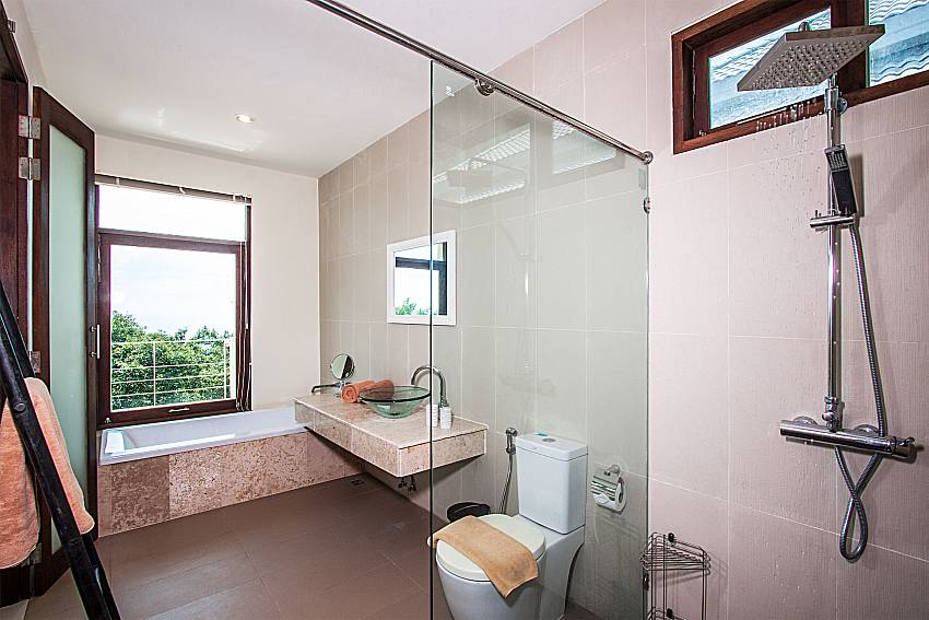 Shower with toilet of Baan Phu Kaew C2