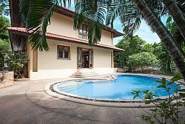 2-stöckige Pool Villa mit viel Grünfläche