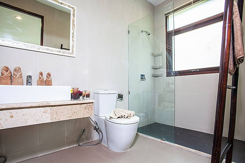 Toilet with shower of Baan Phu Kaew C3