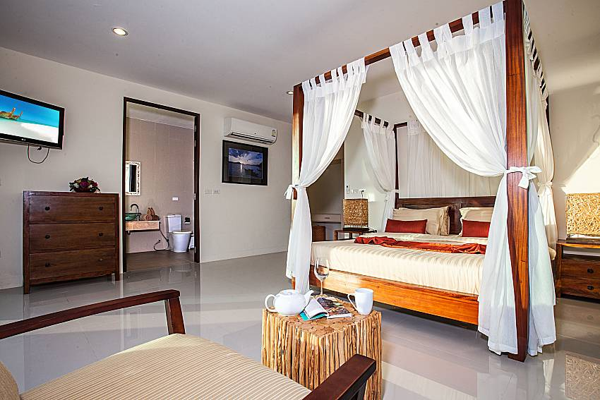 Master bedroom with en suite bathroom of Baan Phu Kaew C4 (First)