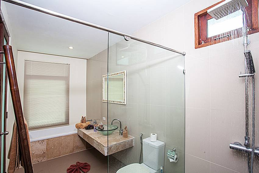 Shower with toilet of Baan Phu Kaew A2