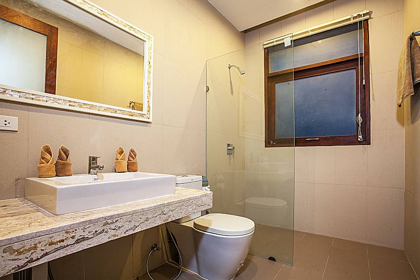Toilet with shower of Baan Phu Kaew A3