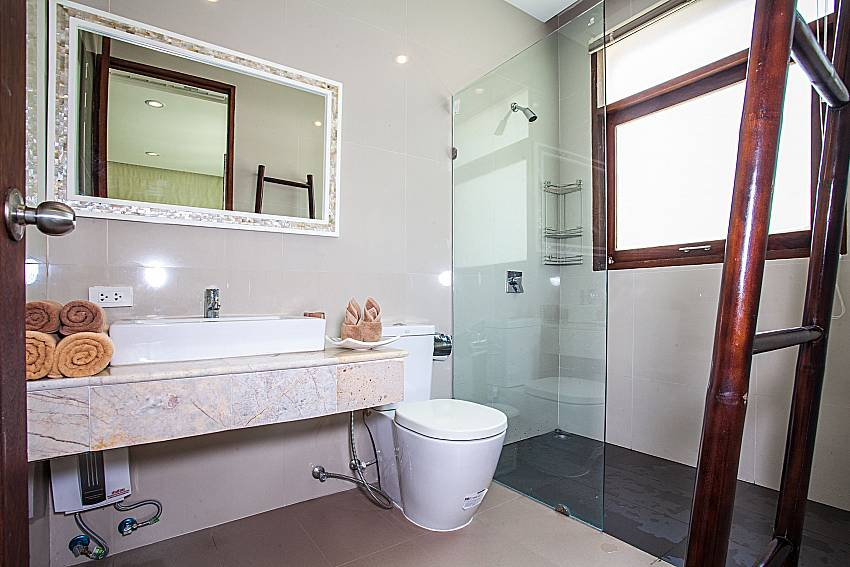 Toilet with shower and shelves of Baan Phu Kaew A4