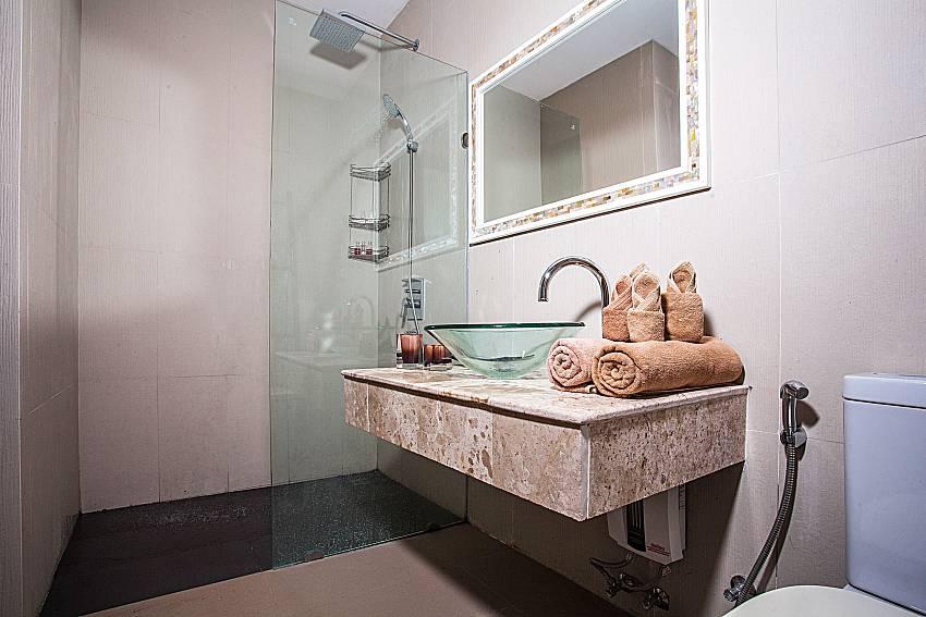 Basin wash with toilet of Baan Phu Kaew A5