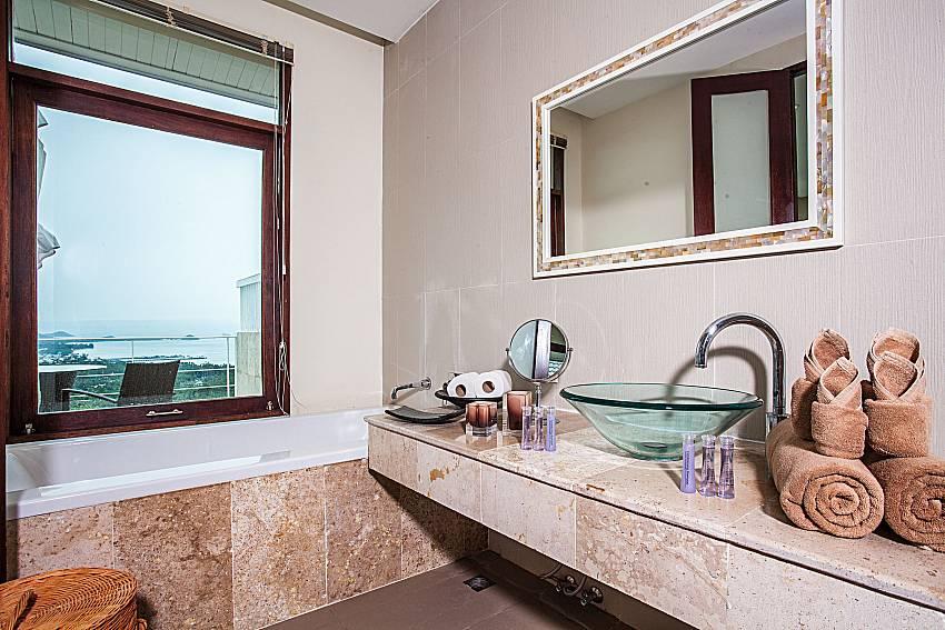 Basin wash with jacuzzi tub of Baan Phu Kaew A5