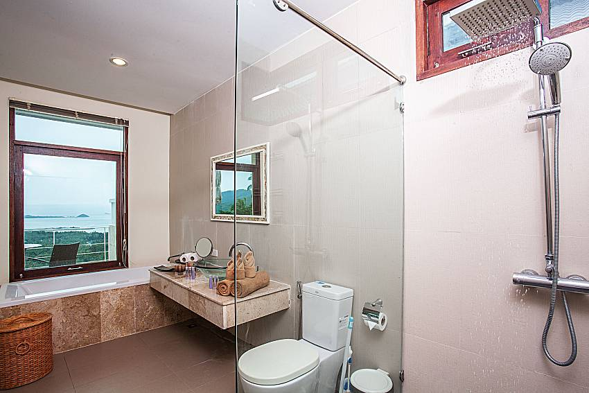 Shower with toilet of Baan Phu Kaew A5
