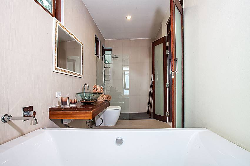 Jacuzzi tub in the bathroom of Baan Phu Kaew A6